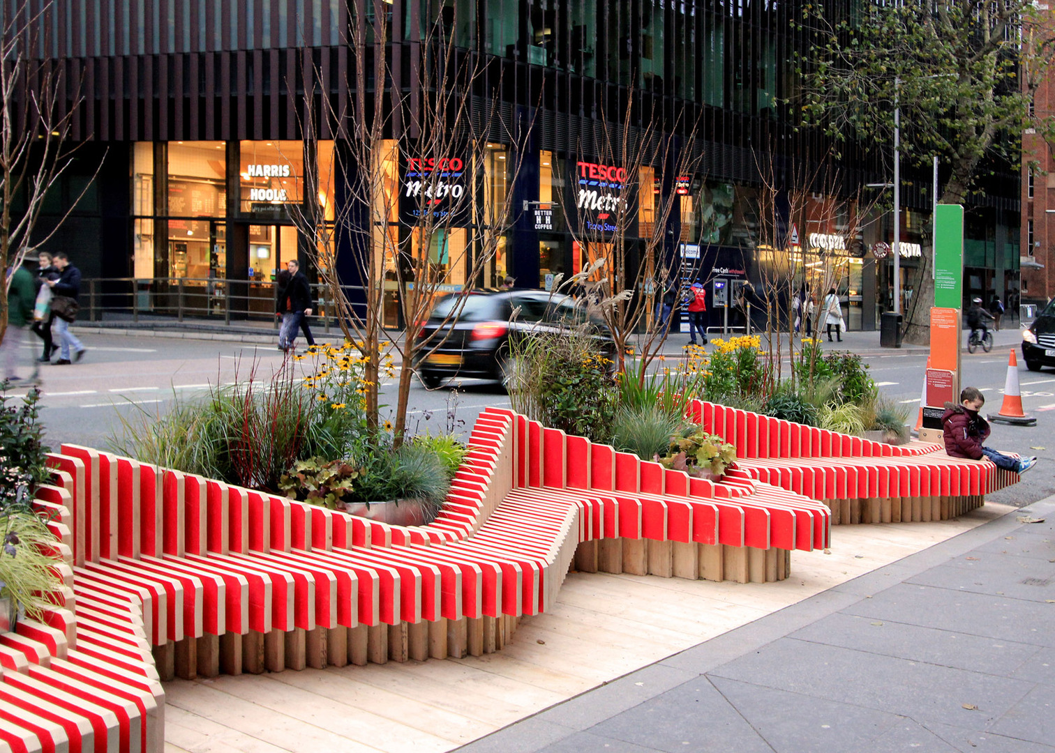 Parklet-Bench_WMBstudio_Tooley-Street_London-Bridge_Team-London-Bridge_Transport-for-London_dezeen_1568_2